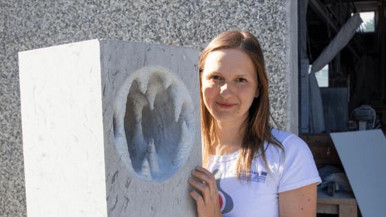 Končani kamniti označevalci in skulpture Mitskega parka Rodik